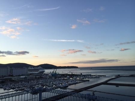 夕陽と豪華客船.JPG